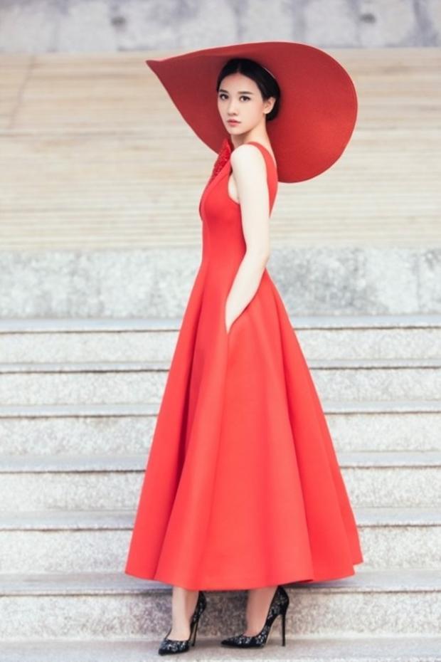 Hari Won đem đến vẻ ngoài mới mẻ khi chưng diện chiếc nón rộng vành cùng bộ váy đỏ tone-sur-tone….