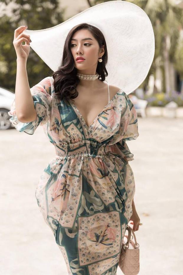 HH Châu Á 2016 Huỳnh Tiên cũng nắm bắt xu hướng cực nhạy, bằng chứng là trong sự kiện gần đây cô xuất hiện vô cùng thu hút với váy voan trễ vai cùng nón rộng vành trắng nền nã, nữ tính.