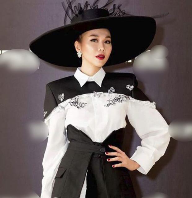 Cô còn nhấn nhá khiến set đồ nổi bật hơn nhờ chiếc nón rộng vành màu đen có đính tên mình một cách cầu kỳ. Tuy nhiên, chiếc nón được làm tinh xảo vô cùng hợp với bộ suits Thanh Hằng đang mặc trên người khiến người đẹp thêm phần tỏa sáng.
