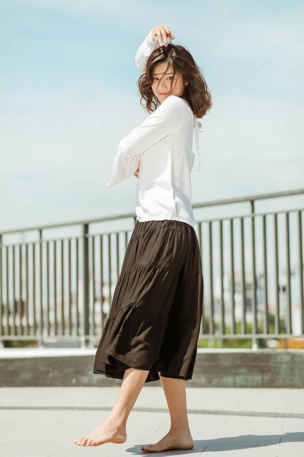 Hoàng Yến Chibi đi chân trần, hóa vũ công đẹp mơ màng giữa nắng hè