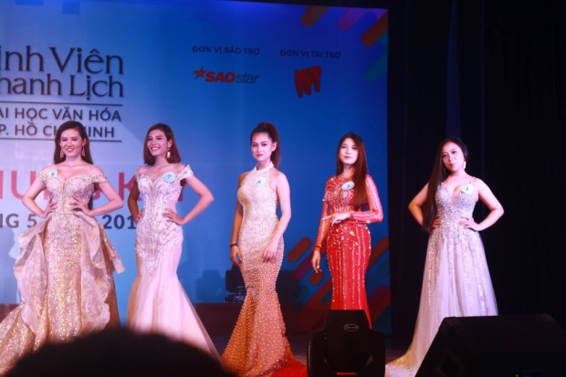 Dàn thí sinh nữ trong trang phục dạ hội mỗi người một vẻ khiến ban giám khảo đau đầu lựa chọn.