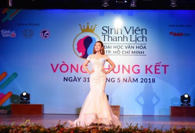 Cô bạn Ê Đê H'los Buôn Yă đẹp tựa công chúa Disney khi khoác lên người chiếc đầm dạ hội đuôi cá màu trắng, được kết cườm tỉ mẩn của NTK Cao Hùng.