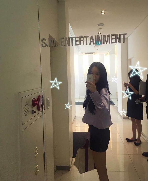 Hình ảnh Hyomin checkin trong tòa nhà SM và dường như có cả staff đang đứng kế bên.