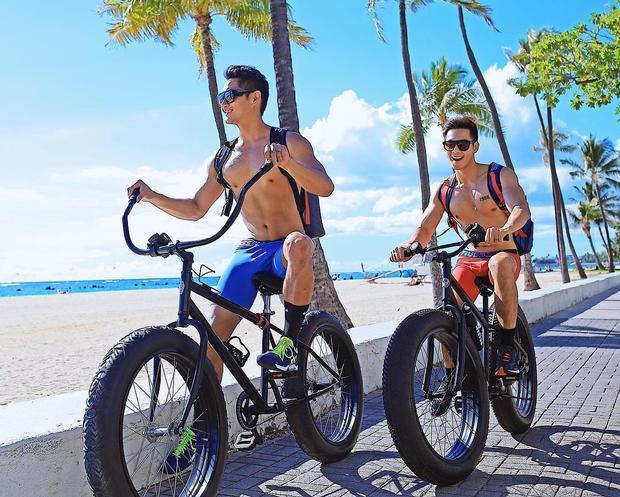 """Một trong những sở thích của Hồ Vĩnh Khoa và bạn trai là đi du lịch tại những bãi biển đẹp trên thế giới. Và dĩ nhiên anh chàng không bỏ qua cơ hội khoe hình thể chuẩn như """"tạc tượng"""" trong những mẫu quần short màu sắc như thế này."""