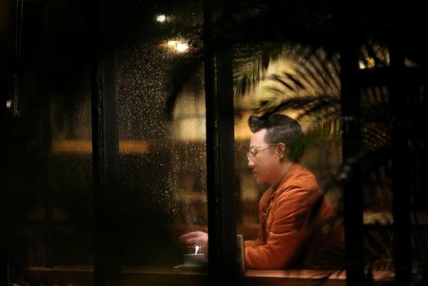 Nam ca sĩ khiến mưa hiện lên như người thứ ba, chứng kiến câu chuyện tình yêu của nhân vật chính.
