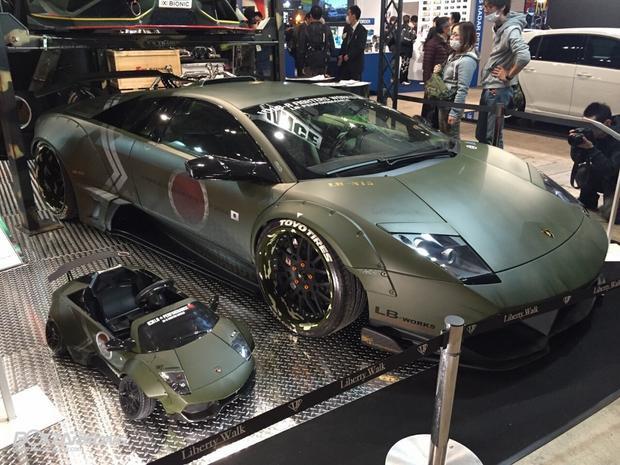 Vẫn chưa rõ mức giá của phiên bản Lamborghini Murcielago LP640 mui trần độ body kit Liberty Walk dành cho trẻ em này có mức giá bao nhiêu khi nhập khẩu về Việt Nam.Tuy nhiên, tại thị trường nước ngoài, mẫu xe độ này có giá cũng khủng cũng không kém xe thật với mức 2.800 USD (khoảng 64 triệu đồng).