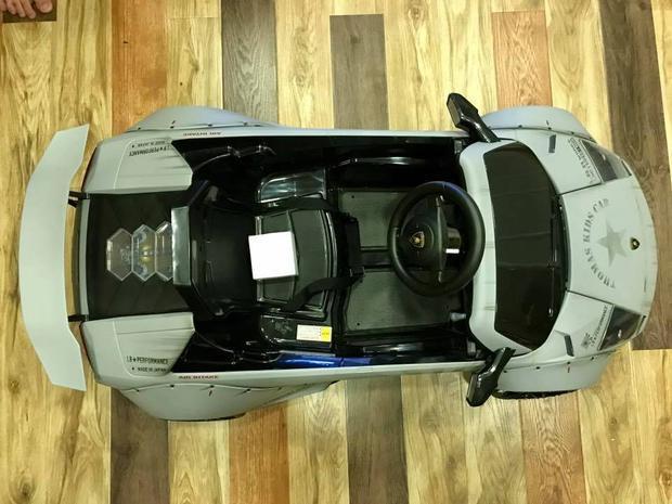 Nội thất của siêu xe được trang bị khá đơn giản với ghế ngồi dành cho các tài xế nhí, vô-lăng đính logo quen thuộc của Lamborghini cùng cần số chỉ có 2 chức năng là tiến/ lùi và chân ga.
