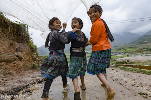 Trẻ em dân tộc Mông tại Y Tý (huyện Bát Xát, tỉnh Lào Cai) vui đùa dưới cơn mưa nhỏ.
