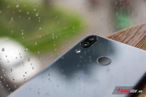 Cụm camera kép được đặt dọc trên ZenFone 5.
