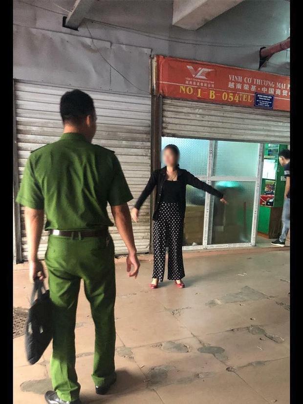 Công an dẫn Linh đến vị trí xảy ra sự việc thực nghiệm lại hiện trường.
