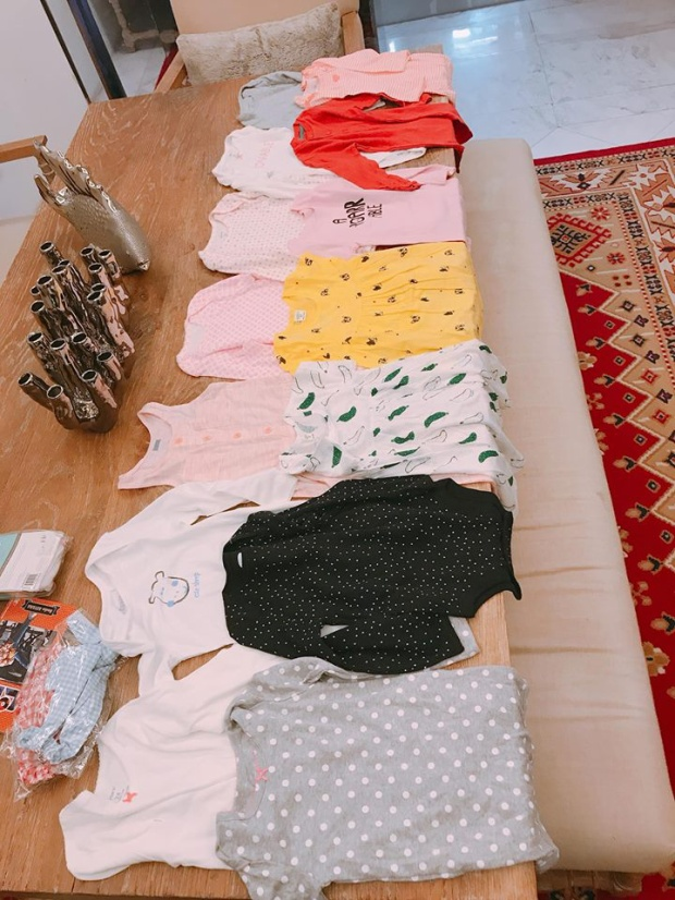 """Bà mẹ một con mua hẳn một """"bộ sưu tập"""" cho cô con gái cưng kèm lời nhắn thú vị: """"Quà 1/6 cho cô hai tôm khô Jumpsuit muôn năm. Người ta chỉ sản xuất Jumpsuit cho bé tới 24 tháng thui, sắp hết tuổi mặc rồi nên e tranh thủ Hihi""""."""