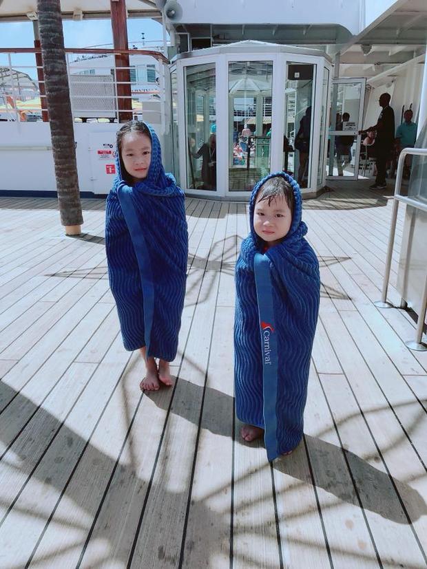 Cherry và Sunny sau khi tắm hồ bơi trên du thuyền được mẹ quấn khăn lại yêu chưa này?