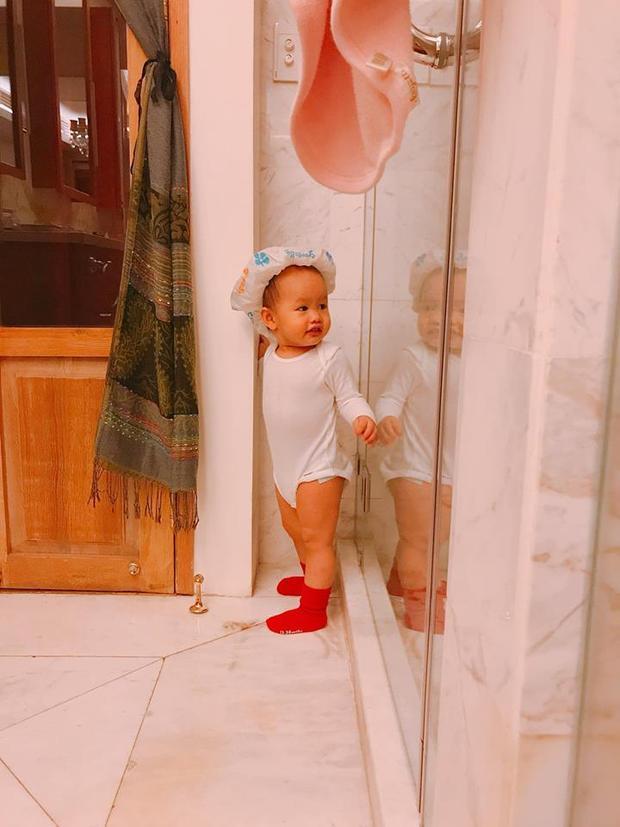 Bé Bồ Câu - con gái của đại gia Đức An và người đẹp Phan Như Thảo được mẹ diện cho bộ jumsuit trắng đáng yêu.