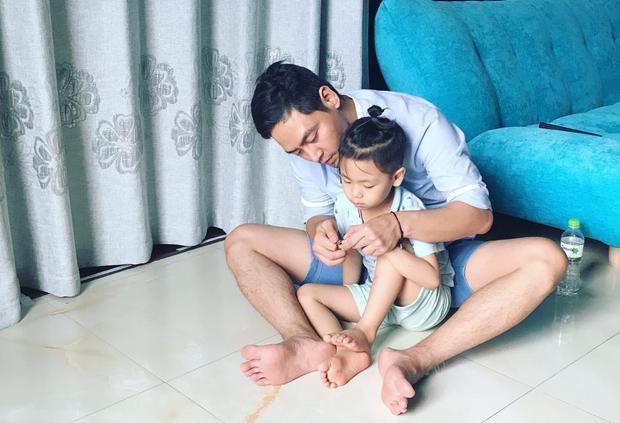 """Ông bố Phan Anh thì dành thời gian ở nhà cho con. Anh hào hứng chia sẻ: """"Việc chăm con đều đặn duy nhất mà mình làm ở nhà đó là cắt móng tay, chân cho cả 3 đứa""""."""