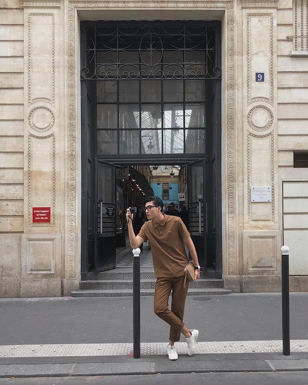 Tông màu nâu đất cực kỳ nam tính từ áo đến quần và túi cầm tay là cách giúp Quang Đại trở nên vô cùng lịch lãm khi thả dáng chụp ảnh dưới phố tây.