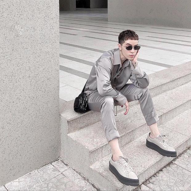 Cả cây áo và quần chất liệu lụa là cách giúp Kelbin Lei trở nên nổi bật khi xuống phố.