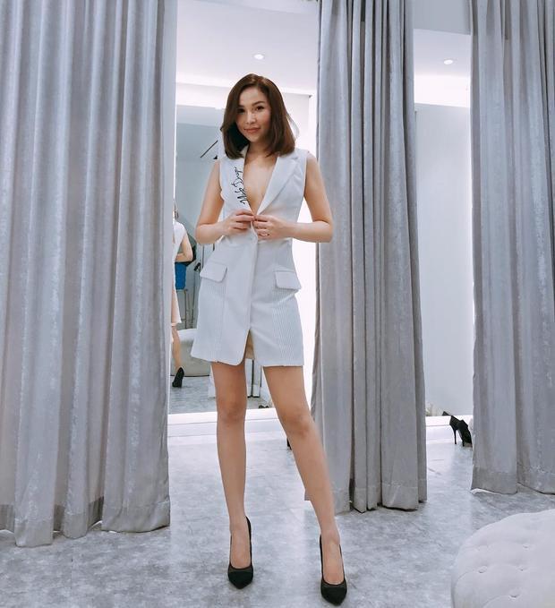"""Người mẫu Quỳnh Thư thả dáng cùng vest ngắn theo style """"không nội y"""". Đôi chân dài cùng vòng một lấp ló của người đẹp khiến người đối diện chẳng thể rời mắt."""