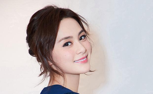Chung Hân Đồng nổi bật với đôi mắt long lanh, nụ cười ngọt ngào. Ảnh: Getty Images