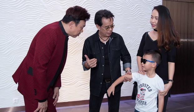 Cậu bé rất ngoan, được ba đưa đến giới thiệu với nghệ sĩ Chí Tài.