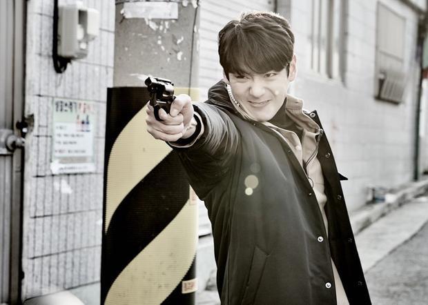Một chàng trai trông có vẻ lạnh lùng, nam tính. Sẵn sàng dùng khẩu súng của mình ra để truy bắt tội phạm.