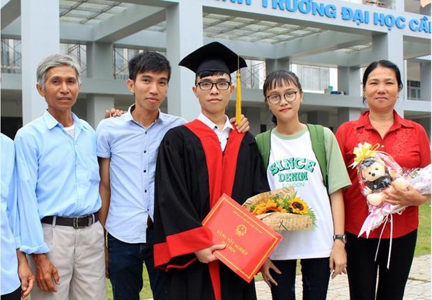 Gia đình Hồng Tươi trong lễ tốt nghiệp đại học của anh trai năm 2017.