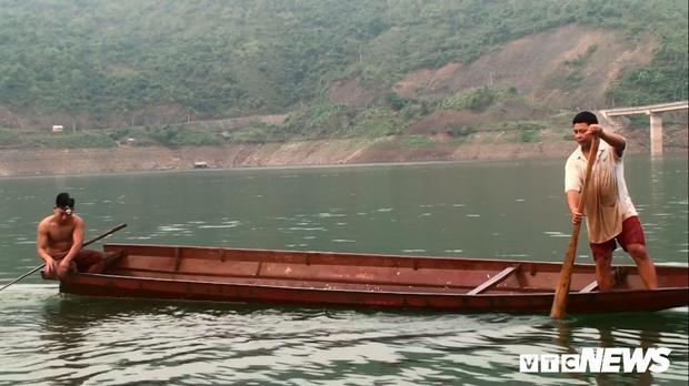 Hàng ngày, những chiếc thuyền sắt chở cá tép dầu đánh bắt trên sông Đà tập trung ở chân cầu Pá Uôn, xã Chiềng Ơn (Quỳnh Nhai, Sơn La) để bán cho những đầu mối thu mua về làm cá khô. Đây là món ăn đặc trưng của đồng bào người Thái vùng sông nước.