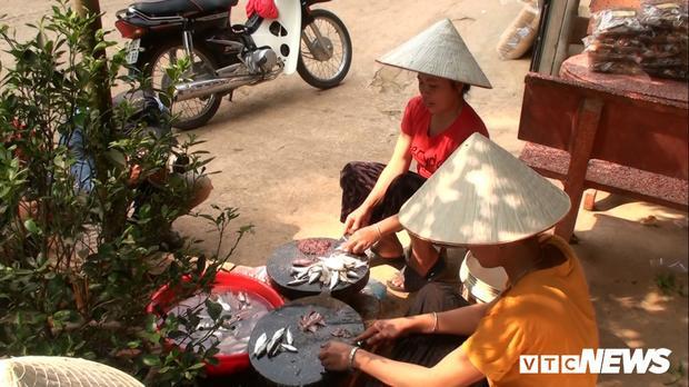 Sau khi mua cá từ thuyền về, nhiều người phải dùng dao nhỏ, sắc để mổ cá.