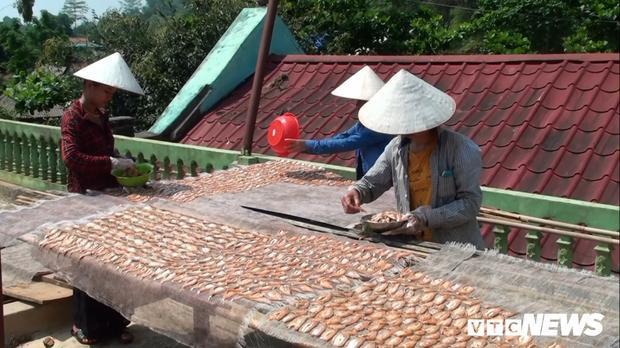 Cứ 5 kg cá tươi chế biến được một kg cá khô. Bà Mề Thị Giêng cho biết, với cách chế biến tép dầu khô đặc trưng của vùng đất này, người thưởng thức sẽ thích thú bởi hương thơm, độ ngậy, vị ngọt, cay… đan xen trong những thớ thịt trắng ngần của cá.