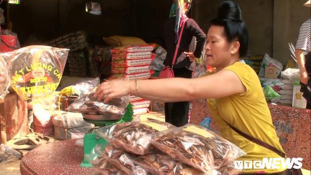 Cá tép dầu khô được coi là đặc sản huyện Quỳnh Nhai, giá bán 180.000 đồng/kg được bán tới các quán nhậu, nhà hàng khắp cả nước…. Nhiều hộ cho hay nghề làm cá khô mang lại thu nhập 500 ngàn đến 1 triệu đồng/ngày.