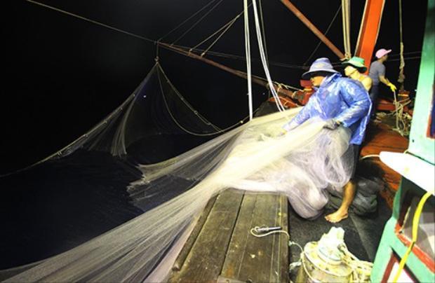 Các thuyền viên tàu QNa 90361 thả lưới vây bắt hải sản. Ảnh: Đắc Thành.