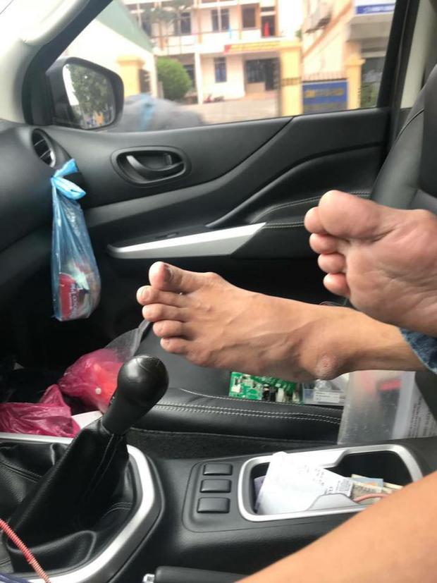 Đau đầu vì sếp có thói quen gác chân thẳng lên ghế lái, tài xế nhờ cộng đồng mạng mách nước cách xử lý