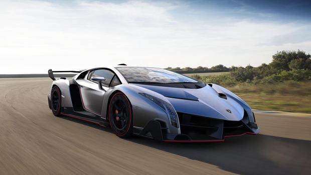 Trên toàn thế giới, chỉ có đúng 12 chiếc siêu xe Lamborghini Veneno, gồm 3 coupe và 9 mui trần. Lamborghini Veneno trang bị khối động cơ V12, dung tích 6,5L cho công suất tối đa 750 mã lực. Kết hợp với hộp số tự động ISR 7 cấp, Lamborghini Veneno có khả năng tăng tốc từ 0-100 km/h trong 2,8 giây và đạt vận tốc tối đa trên 355 km/h.