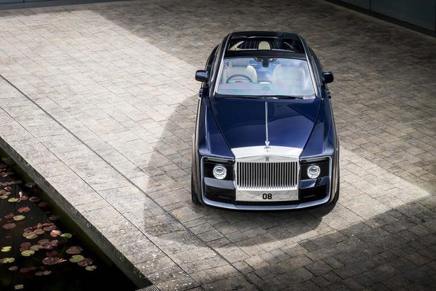 Rolls-Royce Sweptailđược xem là chiếc xe đắt nhất mọi thời đại với giá 13 triệu USD. Chỉ có duy nhất một chiếc Sweptail được chế tạo riêng cho một khách hàng đặc biệt, với thời gian hoàn thành lên đến 4 năm, nhiều hơn bất kỳ mẫu xe nào trên thế giới. Mẫu xe siêu sang này có thiết kế khoang cabin lấy cảm hứng từ du thuyền hạng sang, được độ lại từ chiếc Rolls-Royce Phantom Drophead Coupe. Rolls Royce Sweptail được trang bị động cơ V12 turbo, 6.75 lít, cho công suất 453 mã lực và mô-men xoắn 720 Nm kết hợp cùng hộp số 8 tốc độ tự động, truyền động cầu sau.