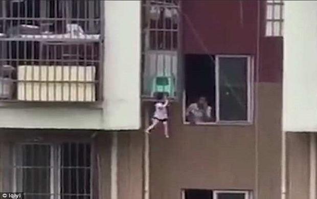 Người hàng xóm không hề có động thái cố gắng giúp đỡ cậu bé đang trong nguy hiểm.