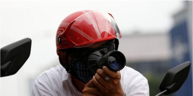 """Những """"hiệp sĩ đường phố"""" với trang bị thô sơ luôn sẵn sàng lên đường giúp đỡ người dân. Ảnh: Reuters"""