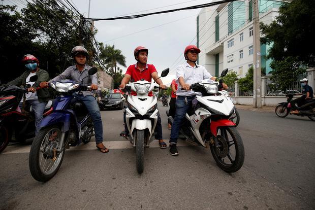 Những người đàn ông dũng cảm tuần tra quanh thành phố.Ảnh: Reuters