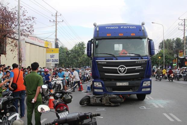 Hiện trường vụ tai nạn khiến hai người tử vong, thai nhi văng khỏi bụng mẹ. Ảnh: Dân Việt.