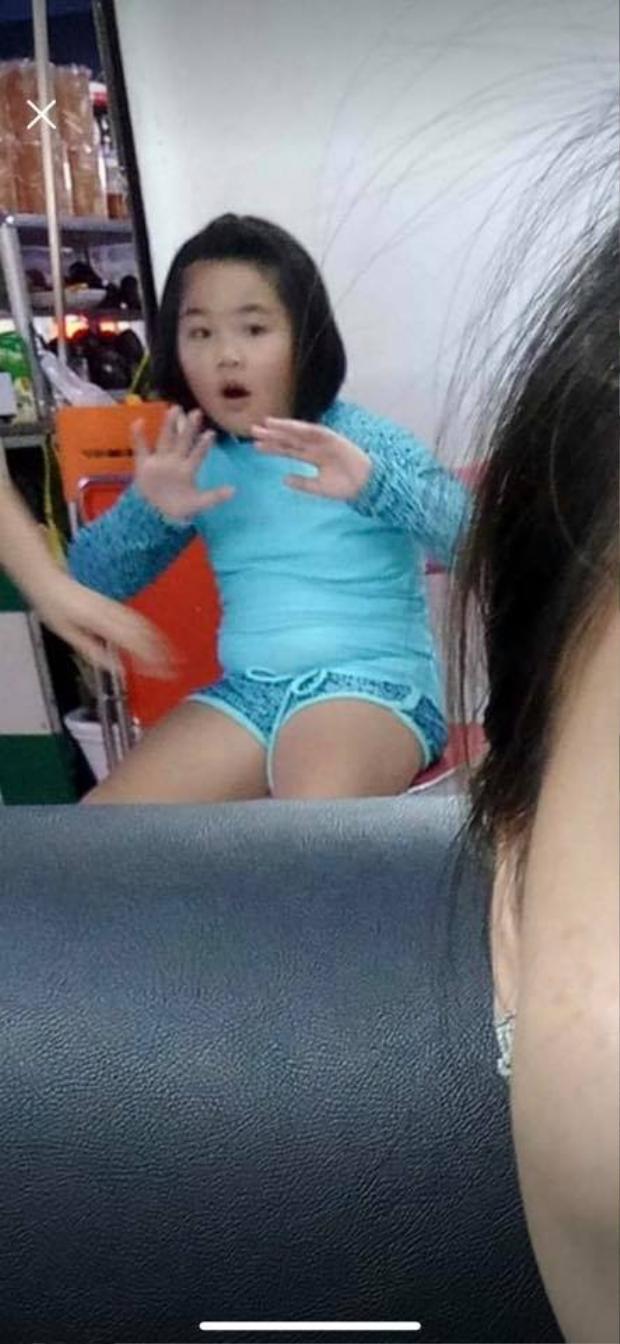 Bé gái 8 tuổi được An Vy đưa đi làm móng. Ảnh: Nguyễn Sin.