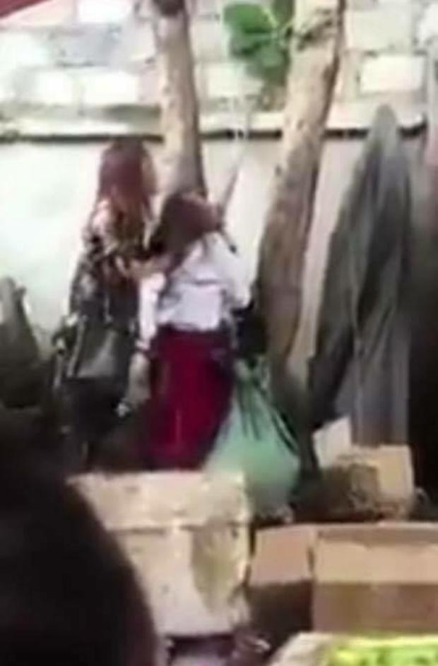 Hình ảnh người phụ nữ trộm đồ bị đánh dã man.