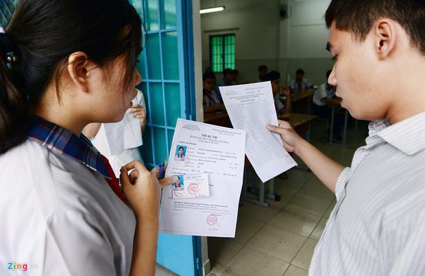 Thí sinh dự thi chỉ được mang bút, thẻ dự thi, thẻ học sinh. Trường hợp quên giấy tờ cần thiết, các em vẫn được giải quyết linh hoạt.