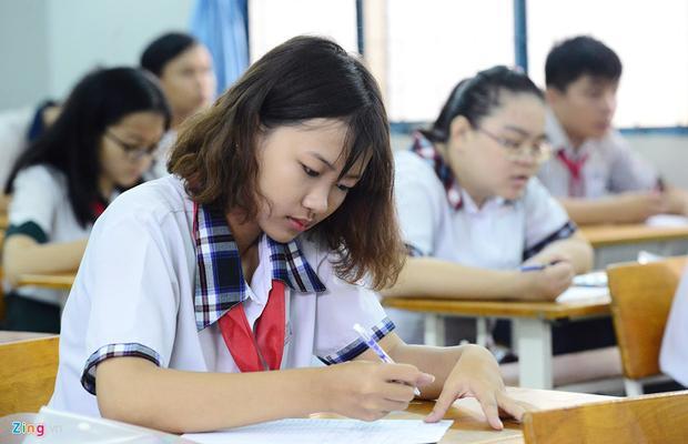 Thí sinh điền thông tin cần thiết vào giấy làm bài thi. 8h bắt đầu tính thời gian làm bài.