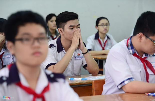 Nhiều thí sinh hồi hộp, căng thẳng khi cuộc cạnh tranh suất học lớp 10 công lập năm nay rất gay cấn.