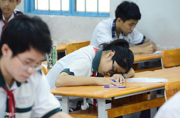 Thí sinh mệt mỏi sau thời gian dài ôn tập, chuẩn bị cho kỳ thi quan trọng.
