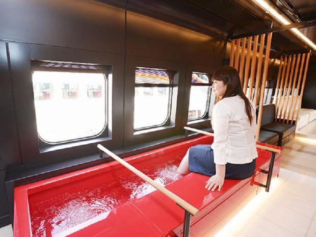Massage chân trên một chuyến tàu.