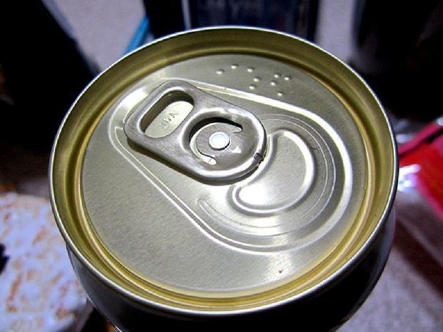 Lon bia khắc chữ nổi để người khiếm thị phân biệt được đây không phải là soda.