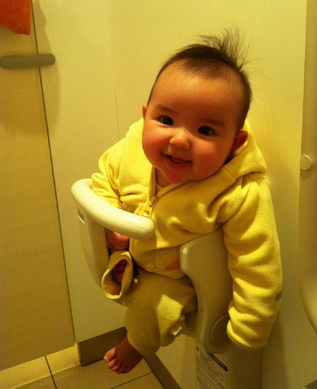 Buồng tắm có thêm quầy để giữ trẻ.