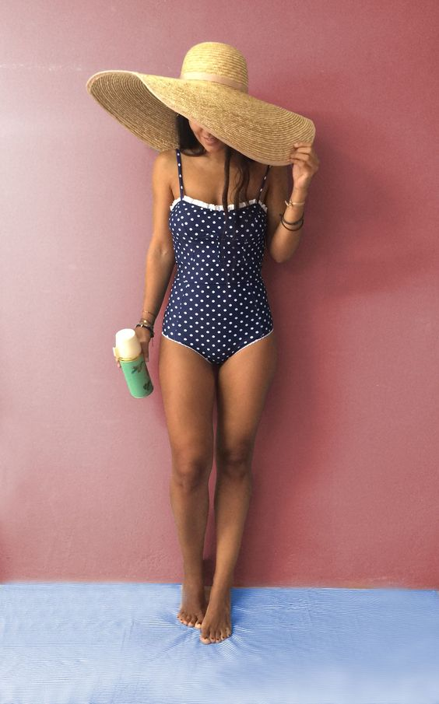 Các thiết kế đồ bơi chấm bi 1 mảnh tạo cho người mặc vẻ ngoài cổ điển nhưng không kém phần dễ thương.