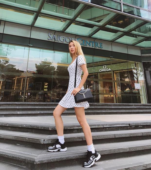 Quỳnh Anh Shyn thì nâng tầm set đồ dạo phố đơn giản bàng sneaker Chanel và túi YSL khiến ai cùng ngoái nhìn.