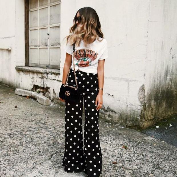 Áo thun in hình cùng quần ống rộng châm bi cực thích mắt cho cô nàng cá tính.