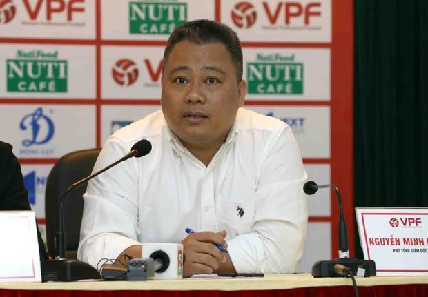 Phó Tổng giám đốc VPF - ông Nguyễn Minh Ngọc cứ bị đẩy qua đẩy lại. Ảnh: VPF
